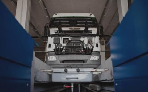 Ciężarówka nadkanałem wulkanizacyjnym